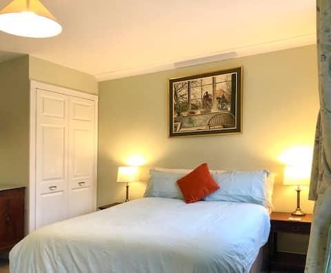 Grotere tweepersoonskamer (Rm 3) • en-suite/ Parkeren