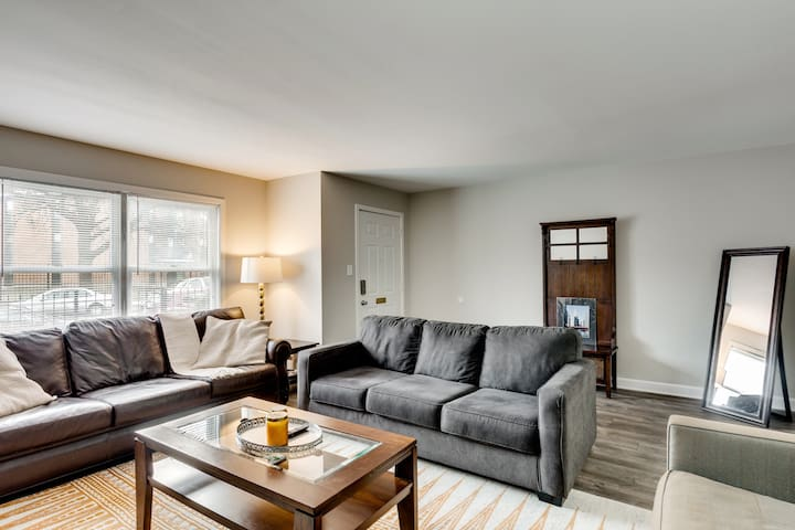 Comfortable 3 bedroom apartment by United Center