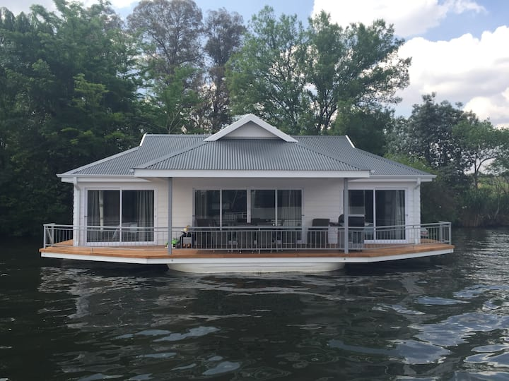 Prive' Houseboat