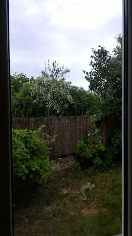 Maison  avec petit jardin clos et terrasse .