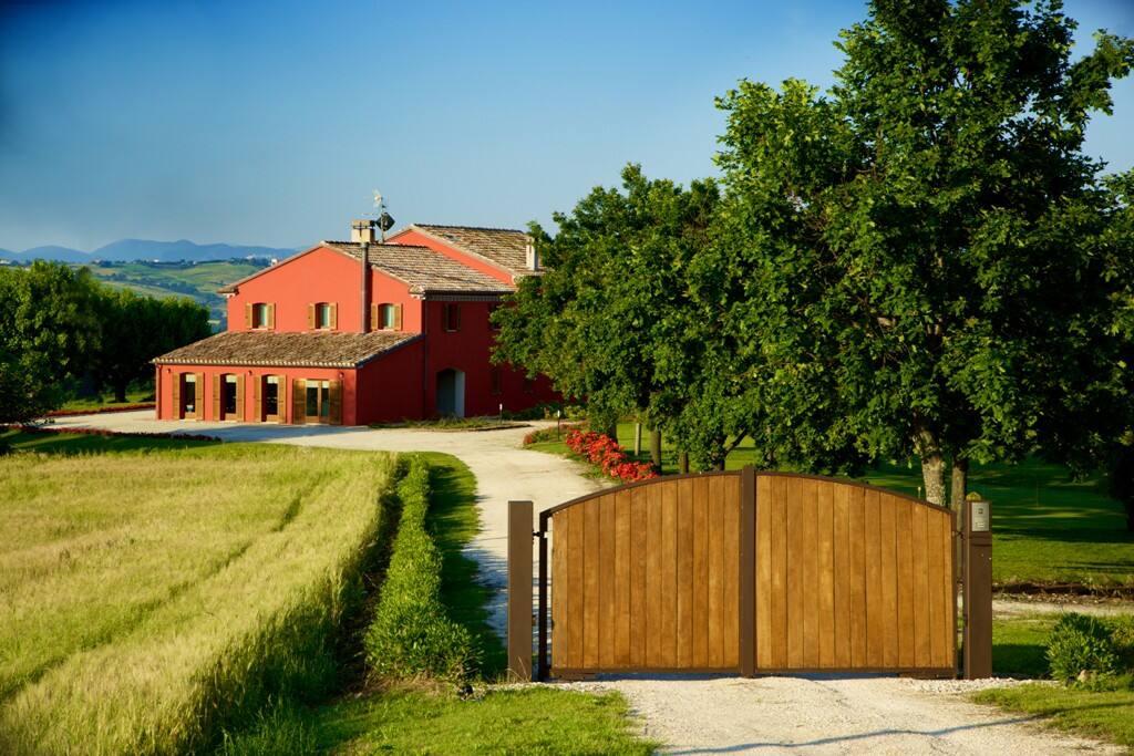 Strada privata  con cancello e villa sullo sfondo.