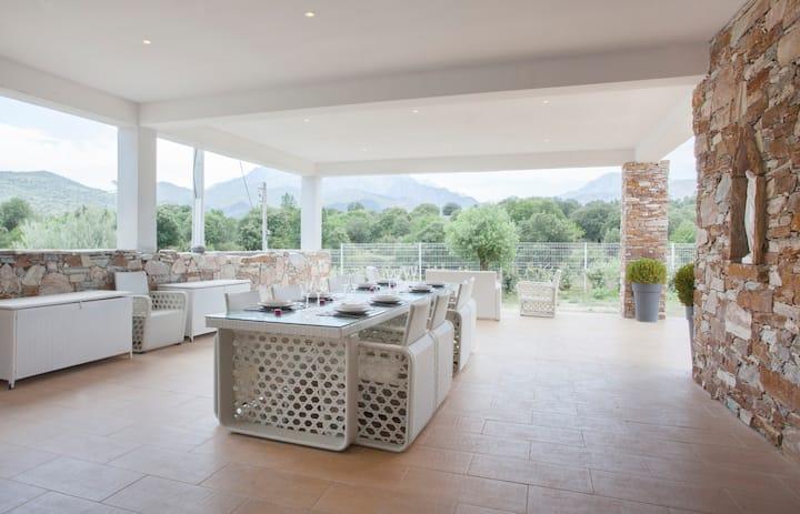 Villa piscine de 14 pers entre Mer et Montagne