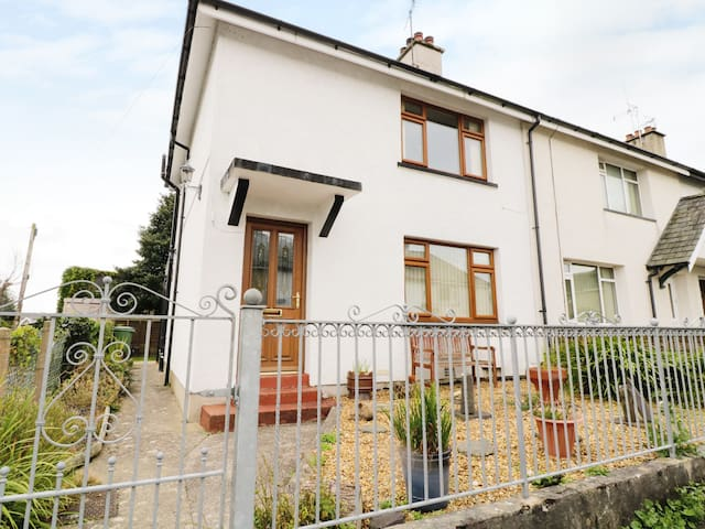 1 HEN BONT ROAD, pet friendly in Criccieth, Ref 966880