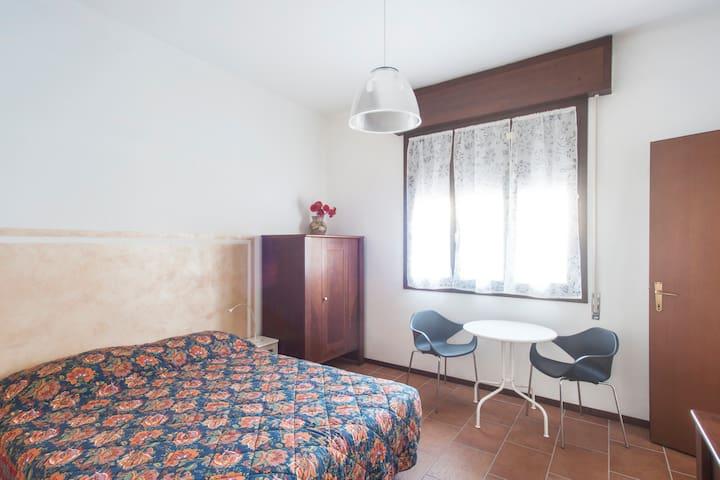 In centro, camera 2 letti con bagno - Crema - House