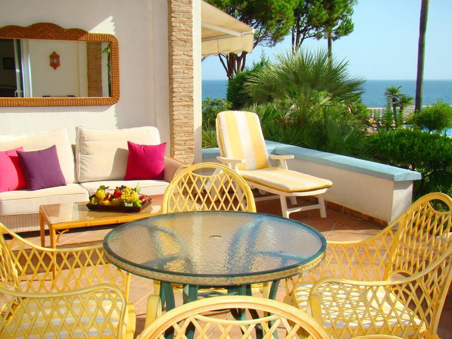 überdachte Terrasse mit Pool- und Meerblick