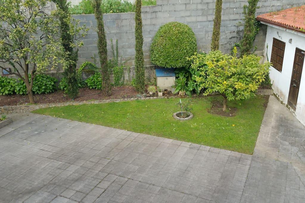 jardin posterior con caseta asador