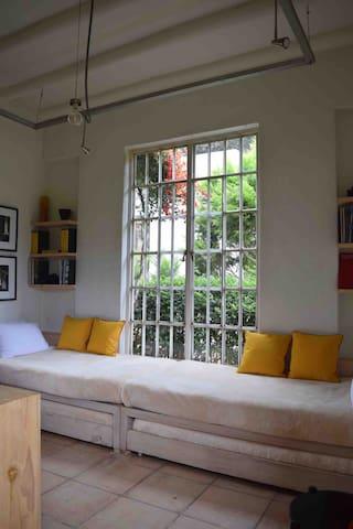 Segundo dormitorio. Cuatro camas individuales (dos de ellas se jalan de abajo para tener mayor comodidad durante el día. Dentro de este dormitorio también se encuentra el Kitchenette.