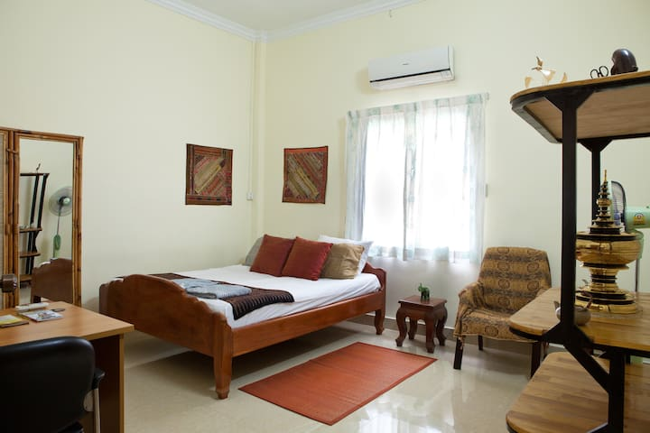 Arty A/C Homestay in central PP! - Phnom Penh - Villa