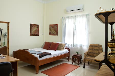 Arty A/C Homestay in central PP! - Phnom Penh - Casa de camp