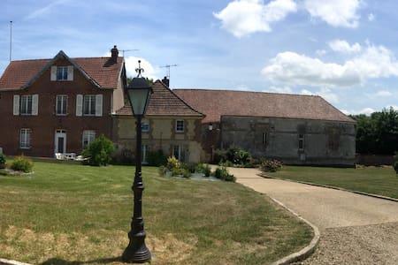 Maison de charme avec grand jardin. - Auneuil - Casa