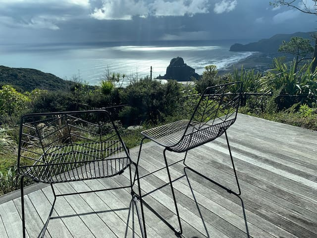 Piha Classic with Spectacular Lion Rock View