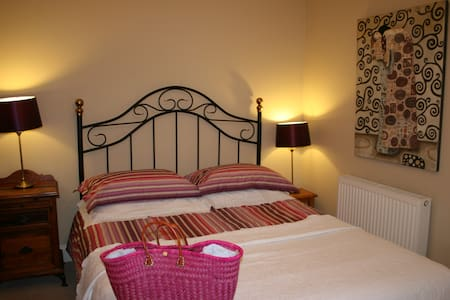 Bright, pretty double room - 12 min. walk to town - 金塞爾(Kinsale)