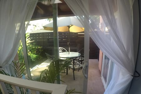 New ! Private 2 B/B suite in historic Wailuku town