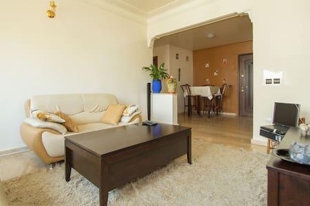 Chambre confortable avec balcon - Flat