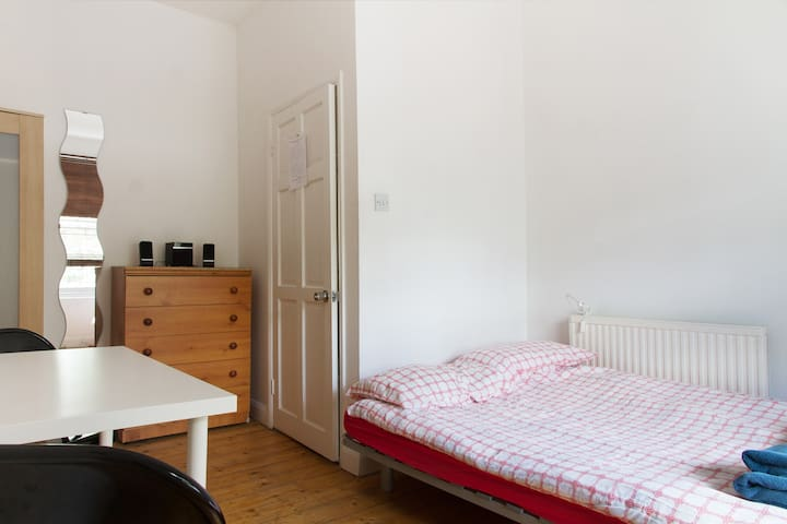 Double Room in lovely Brixton House