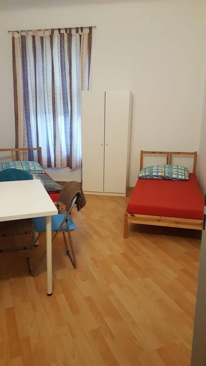 Privates Zimmer für 2 Personen Zentrumsnah KG-11E