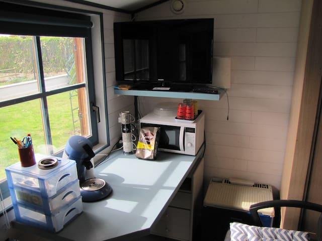 Espace petit déjeuner et bureau