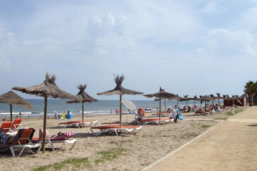 Playa Les Amplaries en Marina D'Or frente a Marina Dor