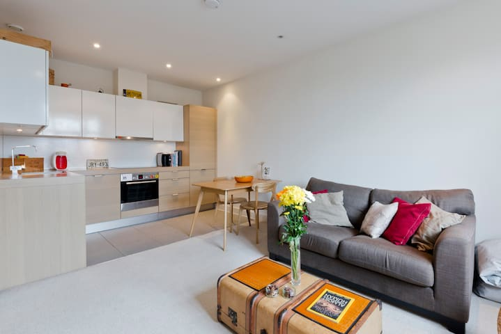 Modern sunny flat with late checkout and parking