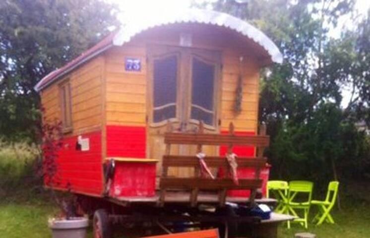 roulotte gitane sur aire naturelle - Lingreville