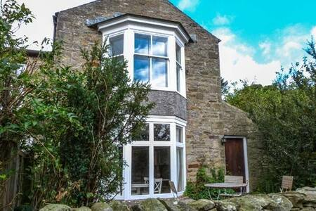 Stone cottage with views and wifi - Healaugh - House