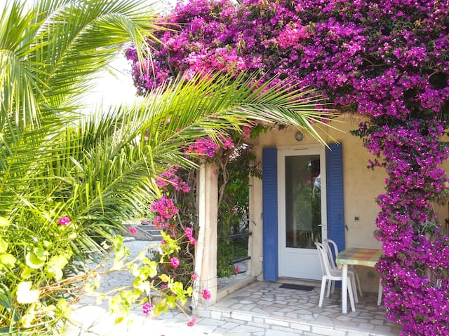 Studio in guest house, quiet place, beach on foot