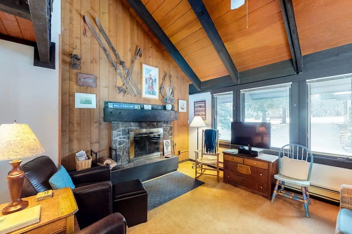 Budget-friendly condo w/ shared pool/hot tub, great for adventurers