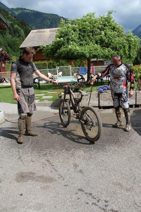 mise à disposition d'un jet pour laver les vélos (local à vélo également)