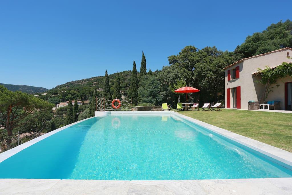 villa d 39 architecte class e piscine vue incroyable maisons louer rayol canadel sur mer. Black Bedroom Furniture Sets. Home Design Ideas