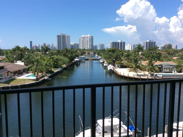 CONDO, 1 MILE TO BEACH POOL PARKING - Hallandale Beach - Apartamento