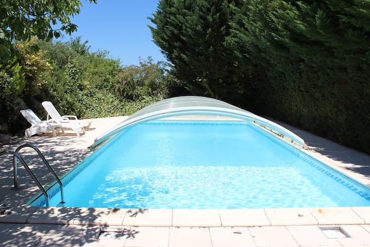 Villa avec une piscine eau salée privative.