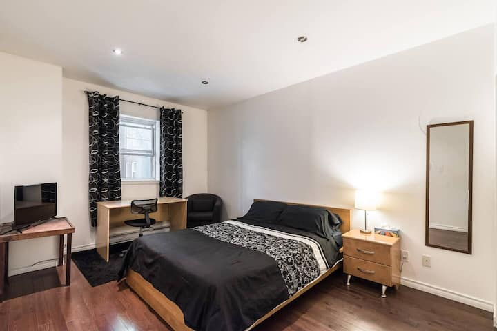 Private Bedroom Parc LaFontaine - Queen bed & Desk
