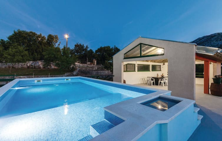 Comfy holiday home with pool