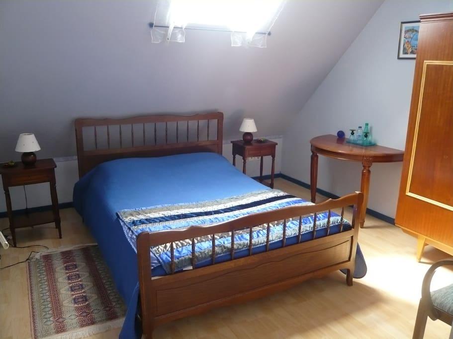 Chambre avec un lit de deux personnes