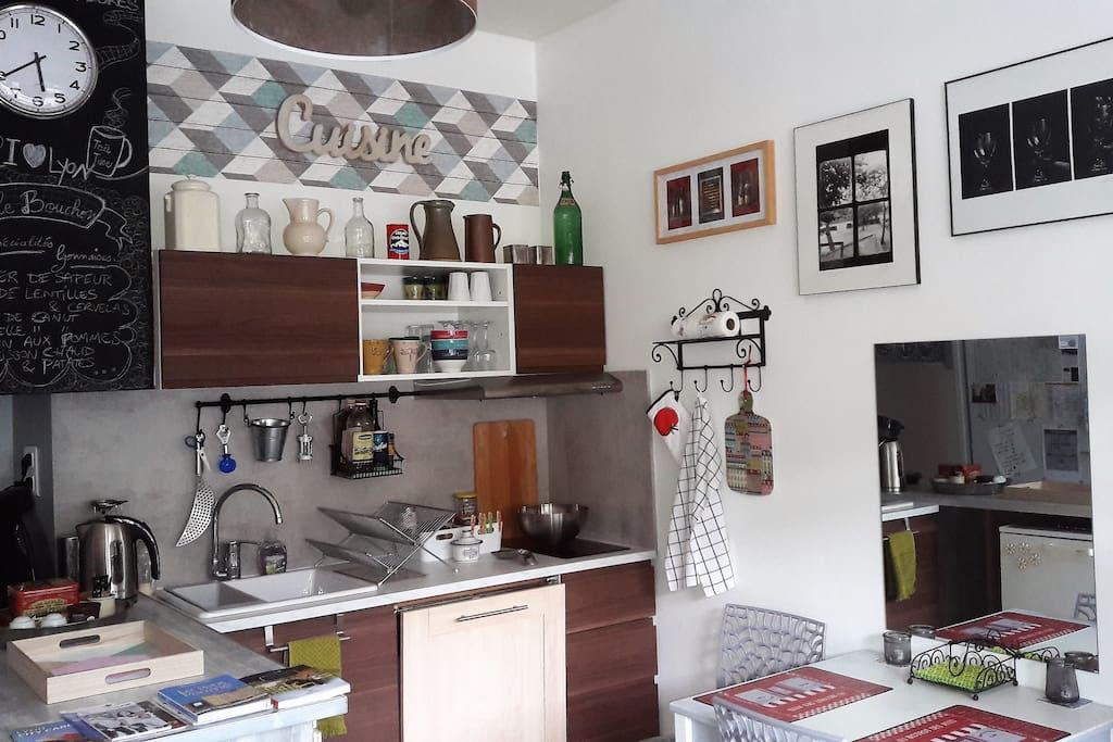 Une vraie cuisine pour se préparer repas ou pique-nique (vaisselle plastique, couverts, gobelets).