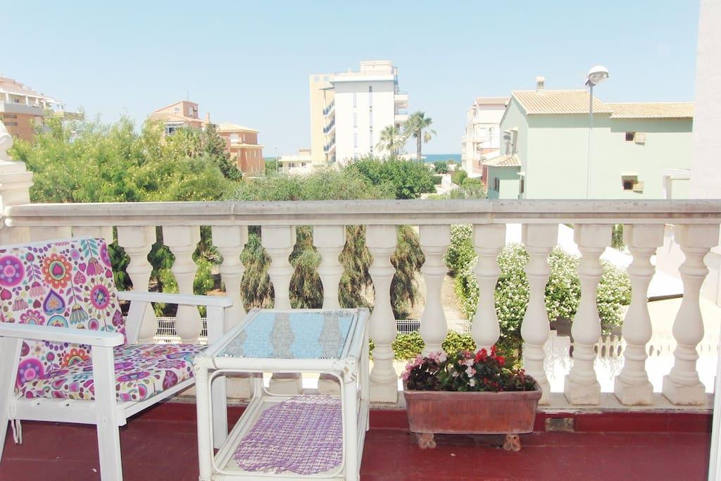 La habitación cuenta con terraza propia y vistas al mar.