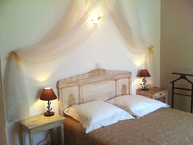 """Les Angelots"" , chambre ""Doucine"" - Condom - Bed & Breakfast"
