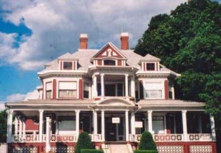 Historic Trafton House, Sanford, ME - 샌포드(Sanford) - 단독주택