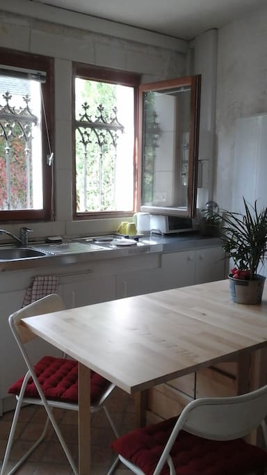 Côté table pouvanter se replier et kitchenette