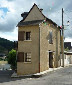 Sympathique maison de village au bord du lot - Saint-Geniez-d'Olt - Talo