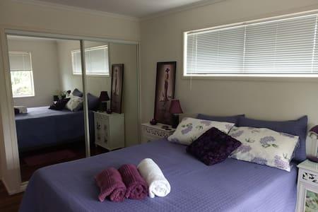 Queen bed in quiet home (maximum 2 people)