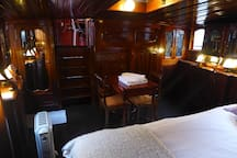 Studio on a houseboat next to the Eiffel Tower
