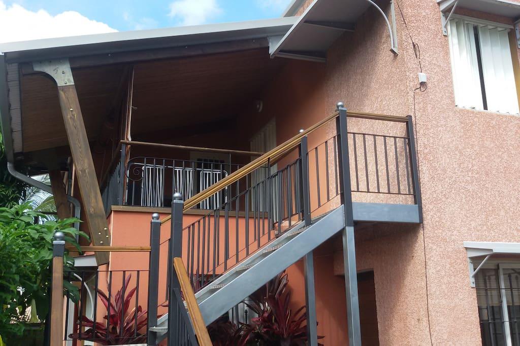 Appartement situè à l'étage vue sur l'accès et la terrasse