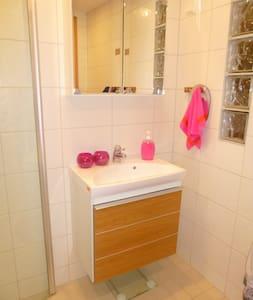 Rum med eget badrum i souterränghus - Huddinge