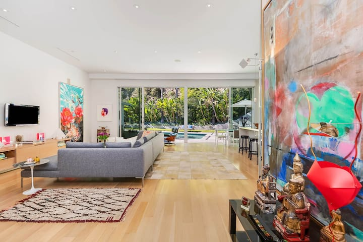 Arty 3BR in Hollywood Hills, Private Pool (Veeve)