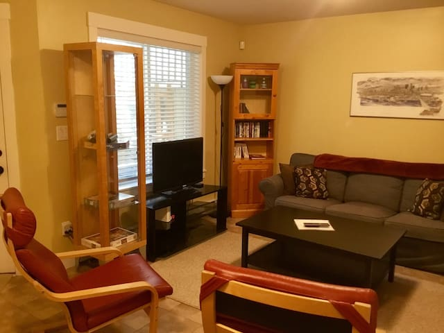 Uptown NW, quiet, cozy suite with private entrance