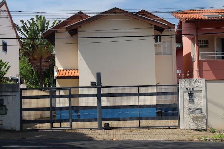 Barão Suítes - Quarto B (c/ roupa, c/ ar condic.)