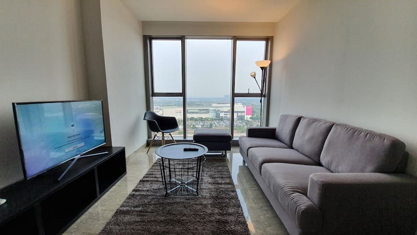 Spacious Apartment Near ICE Conv. center and Malls