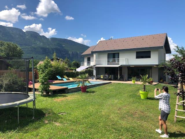 Maison moderne avec piscine à coté du lac