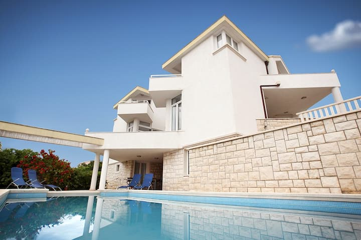 Modern spacious Villa, 36 sqm Pool, 70m to beach